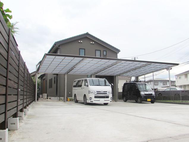 4台分の後柱仕様カーポートのある広い駐車場