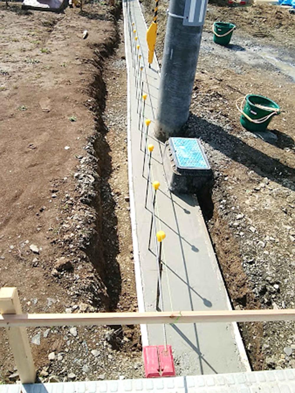 土留めブロック基礎コンクリート流し込み