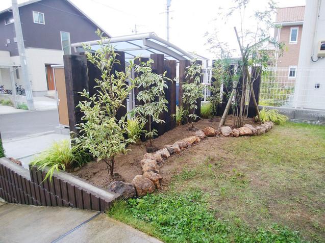 枕木支柱とミカモ石の花壇