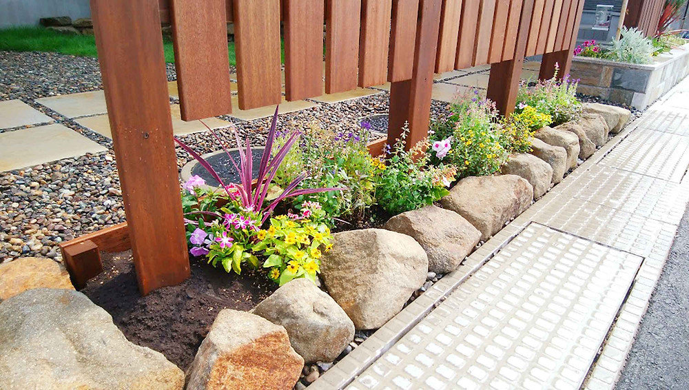 目隠しフェンスと花壇4