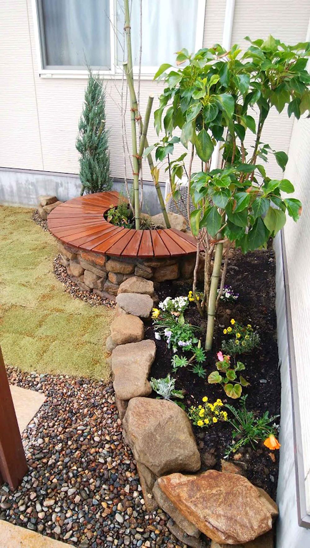 石積みベンチと花壇