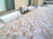 インターロッキングブロックを敷いたテラスの通路