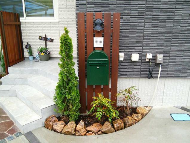 門柱のミカモ石のミニ花壇