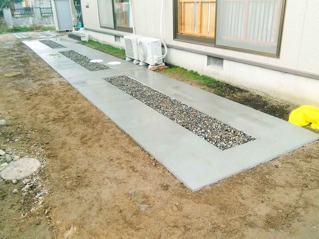 コンクリートと砂利を組み合わせた縦列駐車スペース