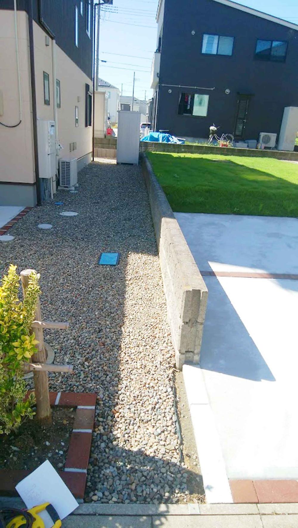 土留めブロックと物置