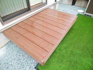 Case39:枕木門柱・ハードウッドの支柱等、自然素材を多用した人工芝のあるおしゃれなお庭