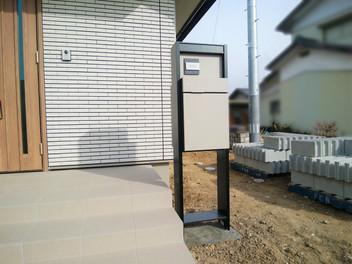 亘理町外構工事|宅配ポストを設置した広いエントランス空間・3