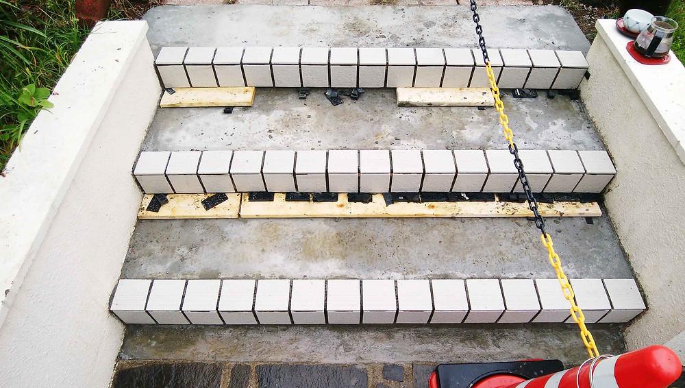 アプローチのタイル工事 階段