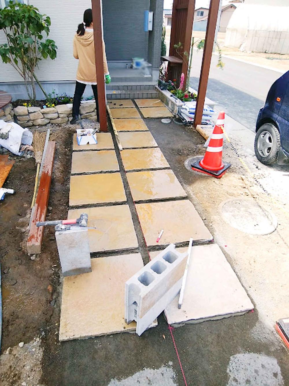 玄関アプローチのタイル敷き