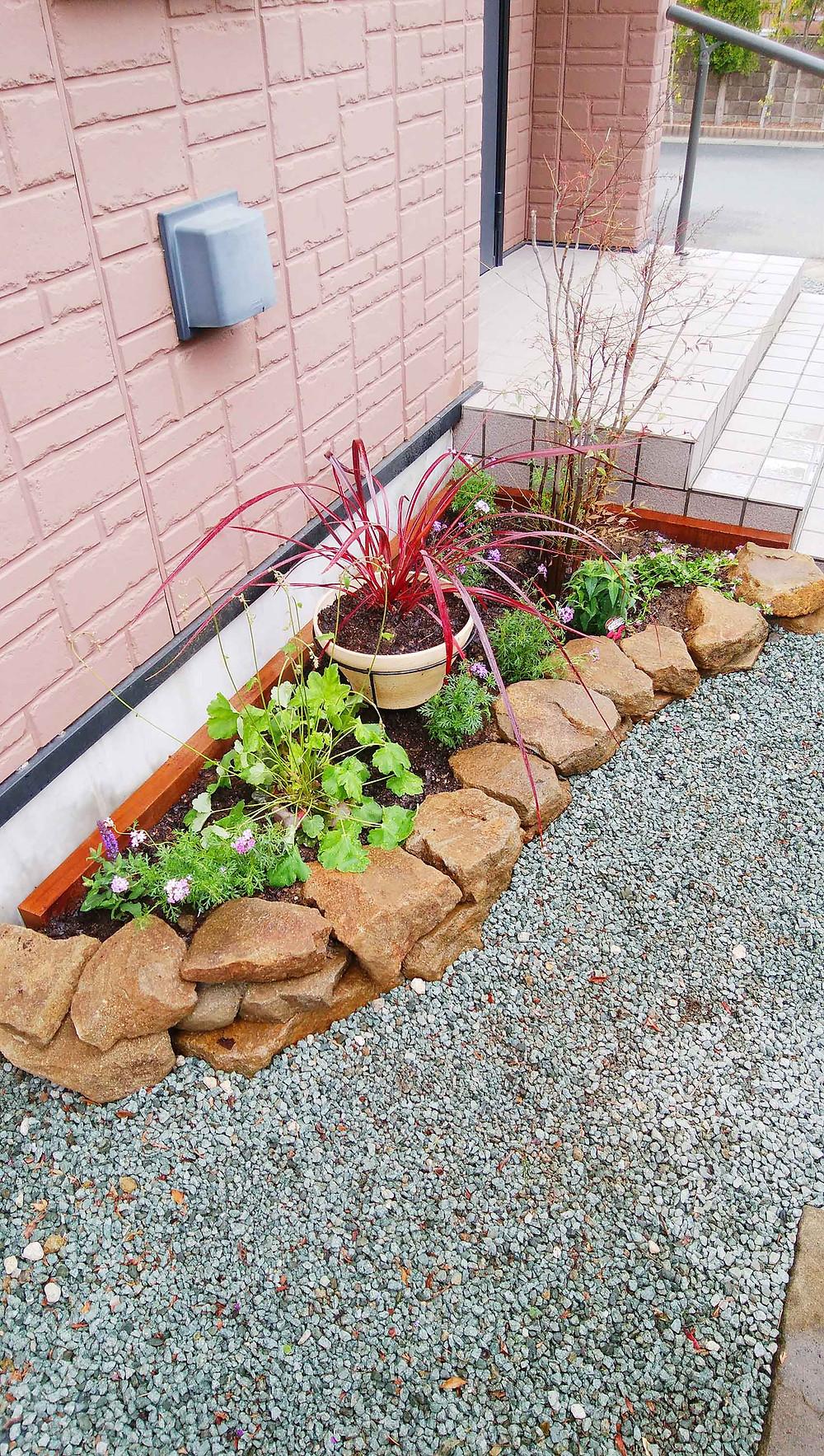 玄関脇の石積み花壇の植栽