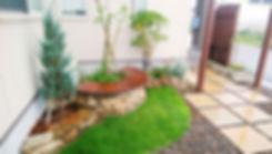 石積みのサークルベンチと花壇の玄関