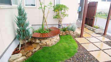 石積みのサークルベンチと花壇
