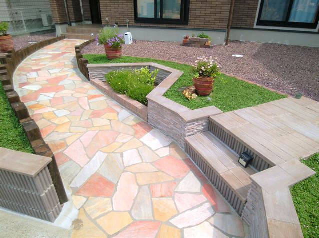 天然木のようなコンクリート素材の階段