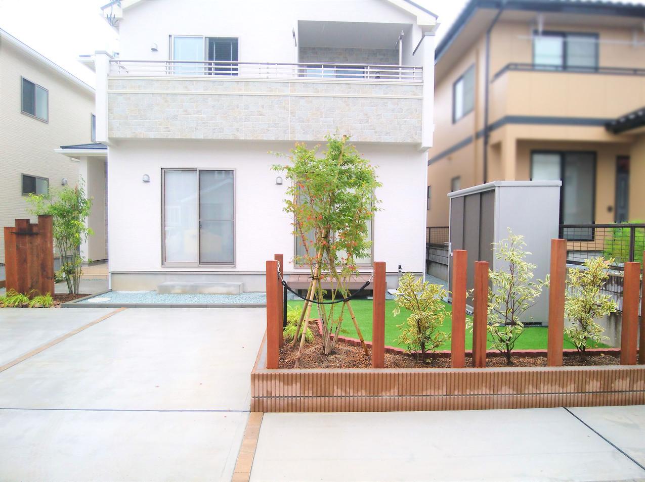 支柱の茶色と植栽の緑色のバランスが絶妙