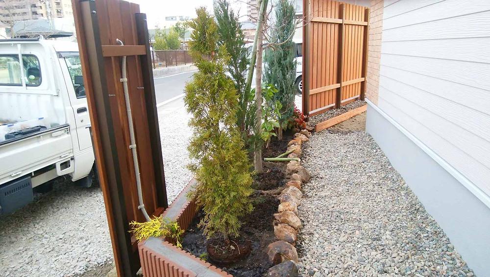 ブロックの花壇と植栽