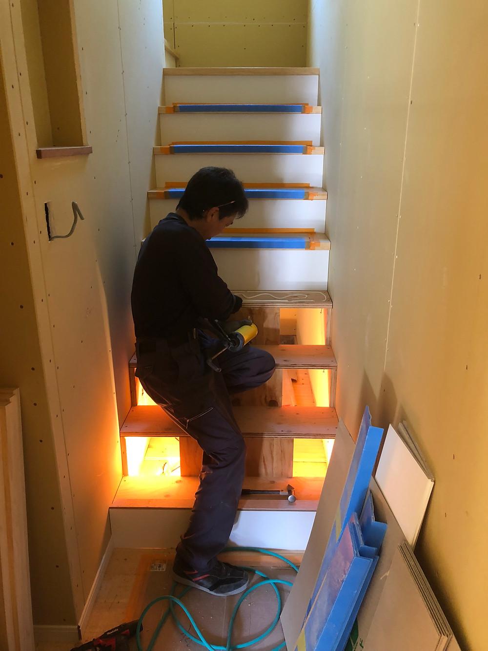 諫早市森山町T様邸階段を取付中の写真