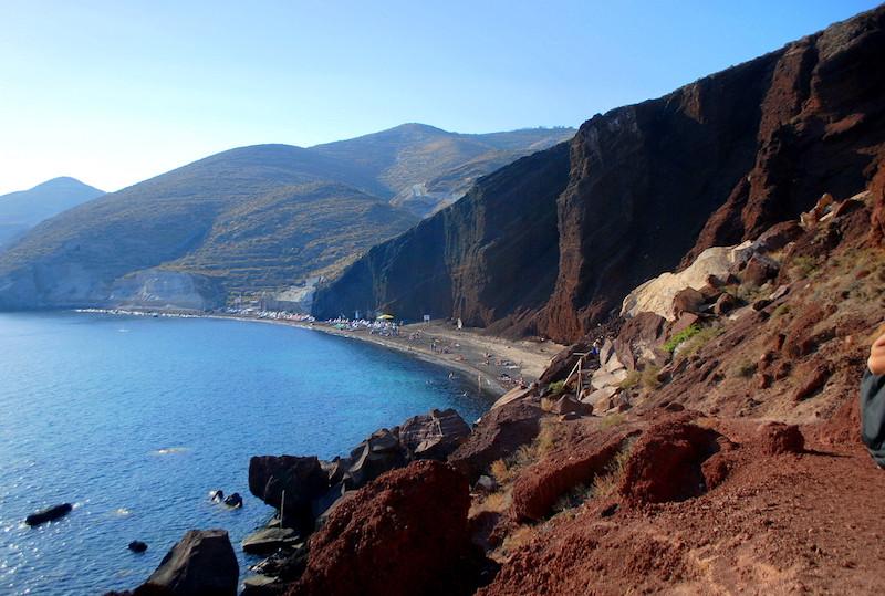 La plage de sable rouge de Santorin, dans son cadre exceptionnel