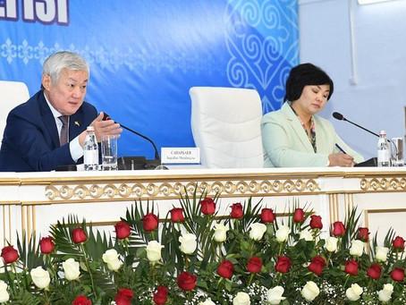 Зарплаты учителей и врачей должны быть выше средней по стране – Бердибек Сапарбаев
