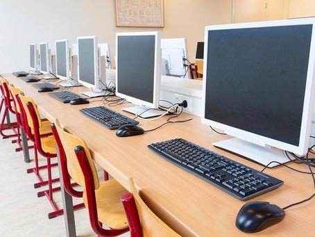 Карагандинским школьникам начали выдавать компьютеры для дистанционного обучения