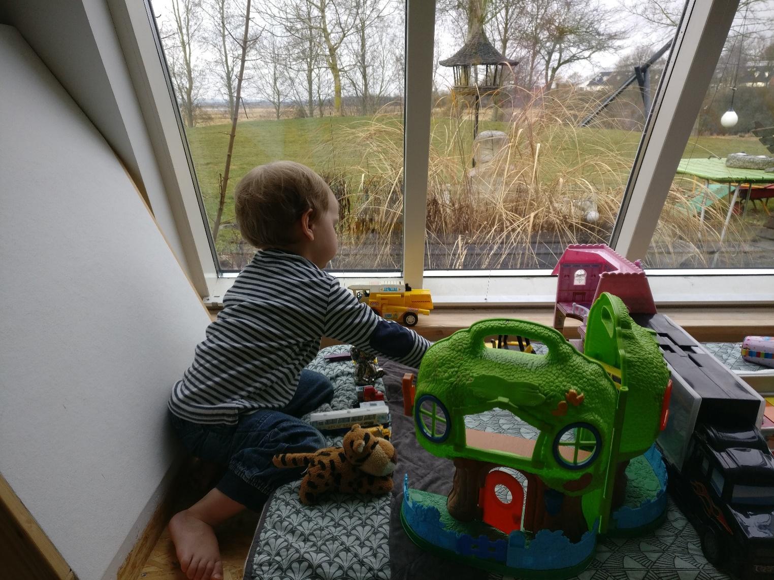 Leg på specialdesignet briks i stuen med panoramaudsigt