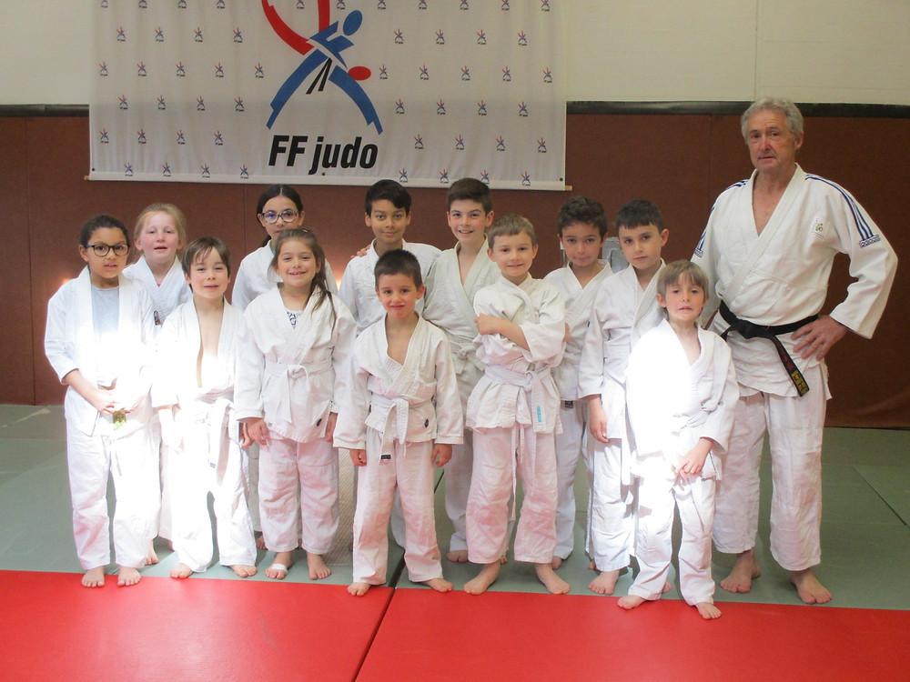 """Groupe des jeunes judokas à la découverte du judo au Dojo des Alexis """"vacances de Pâques"""""""
