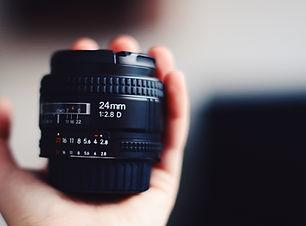 Рука Холдинг объектив камеры