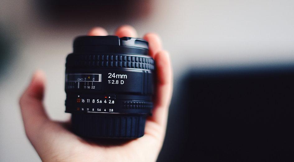 Hand Holding kameralinsen