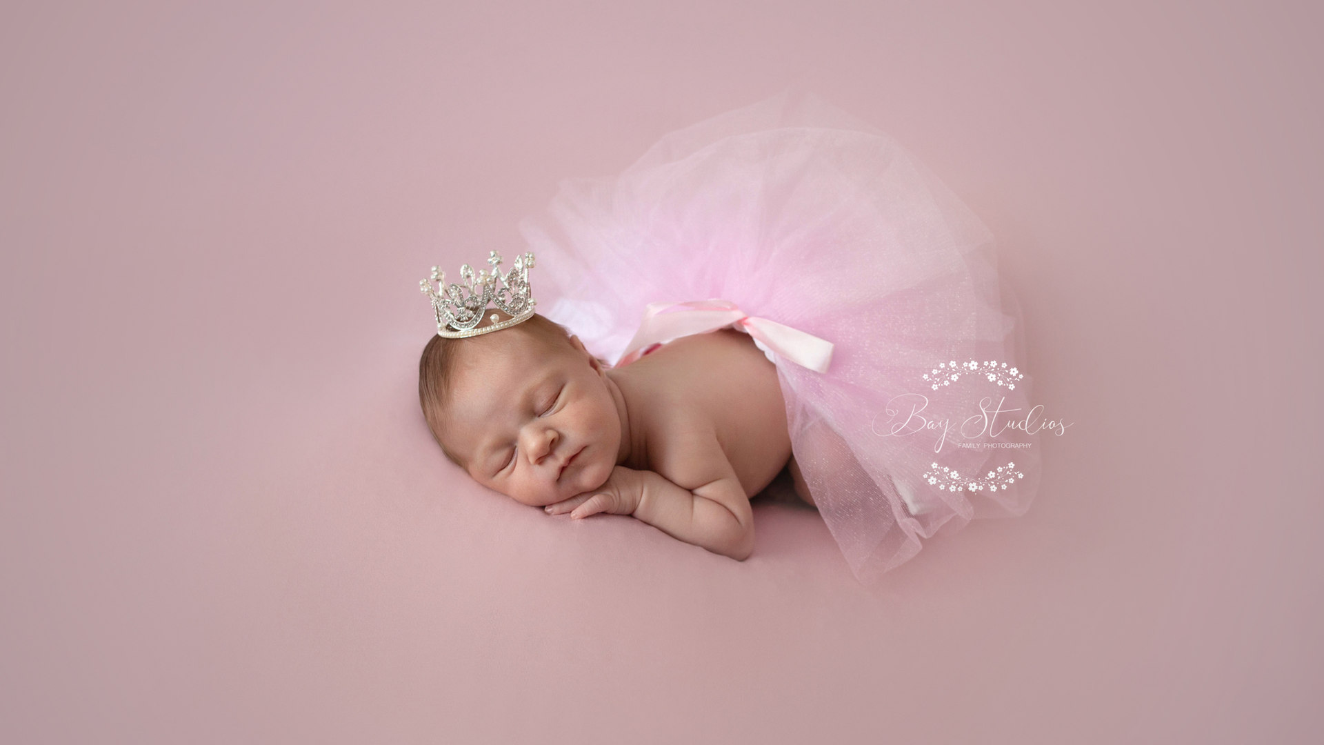 Neugeborenes mit Krone als Babyfotografie