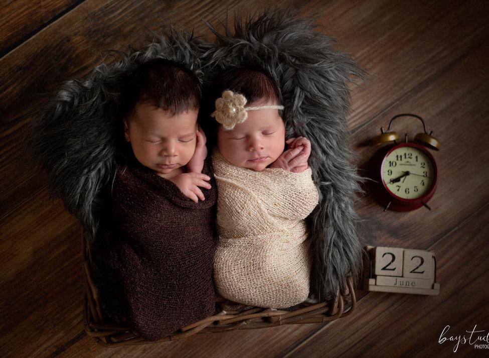 Zwillinge auf Babyfotos durch Babyfotograf verewigen