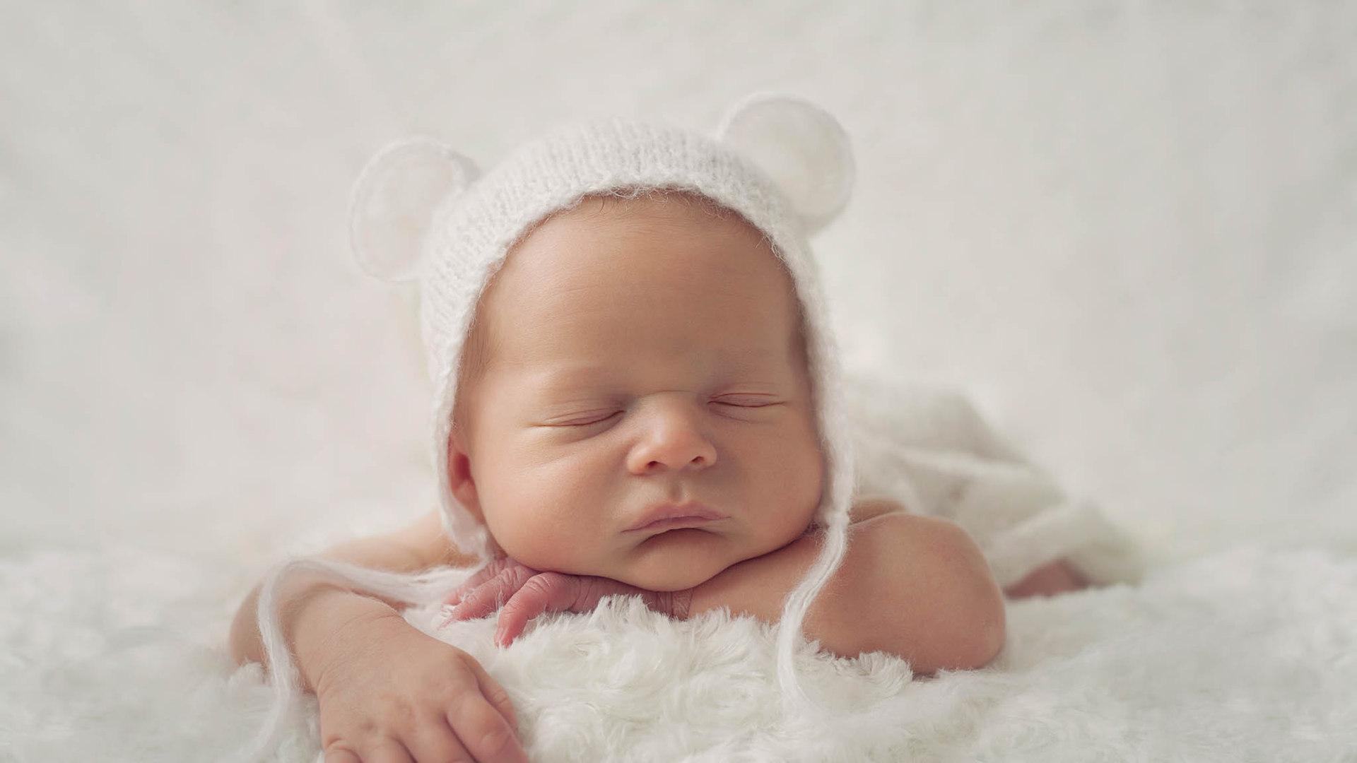Baby mit Kappe