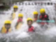 滝に打たれながら記念撮影