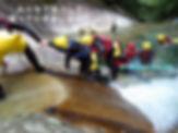 協力して滝を登る