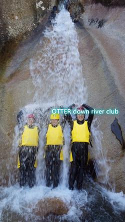 三人で滝にうたれる