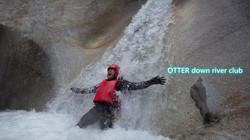 滝の下でポーズ