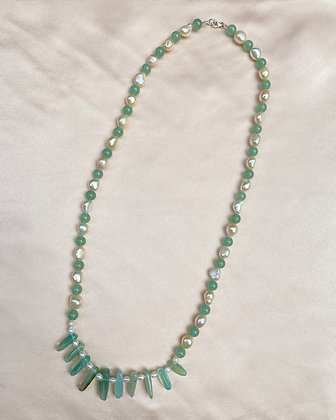 Long necklace made from alternating aventurine beads and cream pearls, featuring ten long aventurine beads at the centre