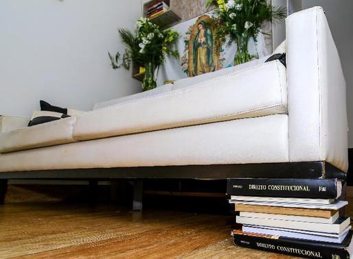 Sara Winter usa livros de Alexandre de Moraes como calço de sofá