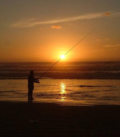 太陽を射抜く釣り人.jpg