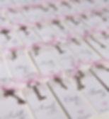 Marque-place dîner mariage étiquette découpée ruban petite clef nouée