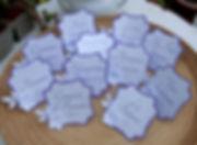 Marque-table dîner de mariage étiquette découpée fleurs relief