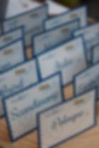 Marque-table dîner de mariage étiquette découpée à poser en chevalet voyage vintage avion carte postale