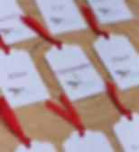 Marque-place dîner mariage étiquette découpée colibri ruban satin