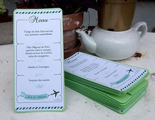 Menu dîner mariage étiquette découpée billet d'avion voyage en chevalet à poser