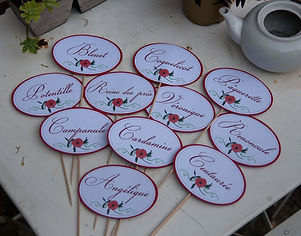 Marque-table dîner de mariage champêtre étiquette découpée à piquer fleur coquelicot nature