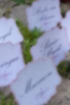 Marque-table dîner de mariage étiquette découpée à poser en chevalet shabby chic