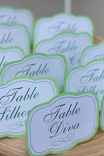 Marque-table dîner de mariage étiquette découpée à poser en chevalet