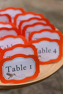 Marque-table dîner de mariage étiquette découpée à poser en chevalet colibri