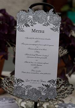 Menu dîner mariage étiquette découpée fleurs en chevalet à poser