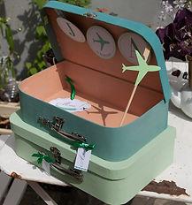 Urne boîte cadeaux mariage pile de valises invitation au voyage