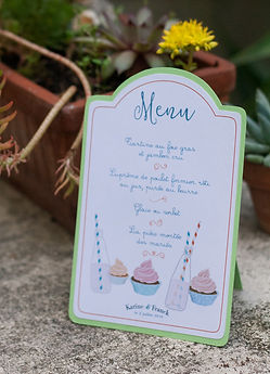 Menu enfant dîner mariage étiquette découpée en chevalet à poser