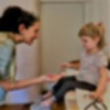 Rosarito entrega su chupete a su pediatra con gran valentía